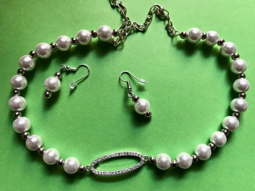 Glass pearl & silver beads w faux diamond feature piece