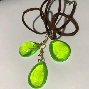 Green pendant & earring set $10.00